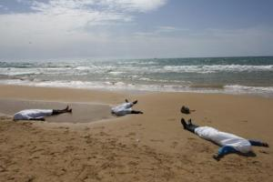 dead_migrants_on_italy_shore
